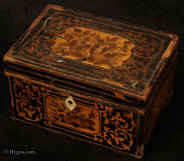 TC571: Rare straw work tea caddy from the second half of the 18th Century. Inside there is one compartment lined with foil paper and a supplementary lid also with straw marquetry. Circa 1780.